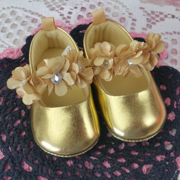 132bb3b076a9 Infant Baby Girl Shoes Size 3-6 Months Gold. M 5b70d7c6c2e9fe8dca5cc603